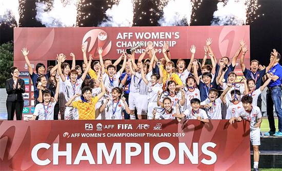 Các cô gái Việt Nam đánh bại tuyển Nữ Thái Lan lên ngôi vô địch Đông Nam Á 2019. Ngày 27/08/2019 Đội tuyển Bóng đá Nữ Việt Nam đánh bại Đội tuyển Bóng đá Nữ chủ nhà Thái Lan trong trận chung kết Khu vực Đông Nam Á với tỷ số tối thiểu 1-0 giành chức vô địch tại Thái Lan.