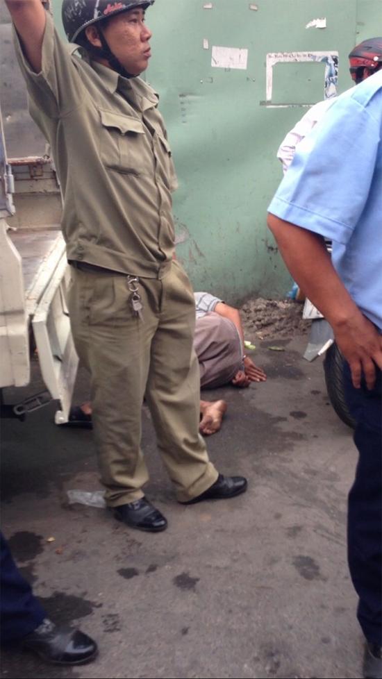 Loạt ảnh trật tự đô thị và dân phòng Phường 25 Quận Bình Thạnh bị lên án đã đánh dã man anh Trịnh Xuân Tình 34 tuổi quê Thanh Hóa chuyên bán trái cây dạo tại khu vực chợ Văn Thánh phải nhập viện.