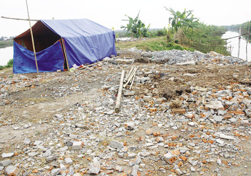 Căn lều dựng tạm trên nền ngôi nhà 2 tầng đã bị chính quyền san bằng với lý do là nơi kẻ gây án từng ẩn nấp.